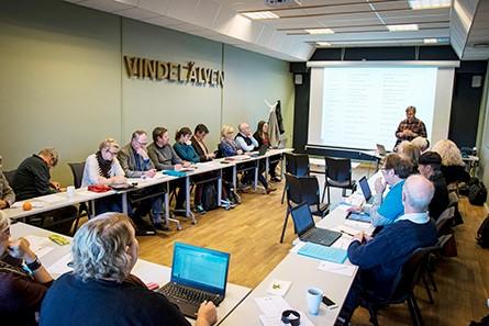 Bild på ett konferensrum där styrelsen för Vindelälven-Juhtatdahka har möte.